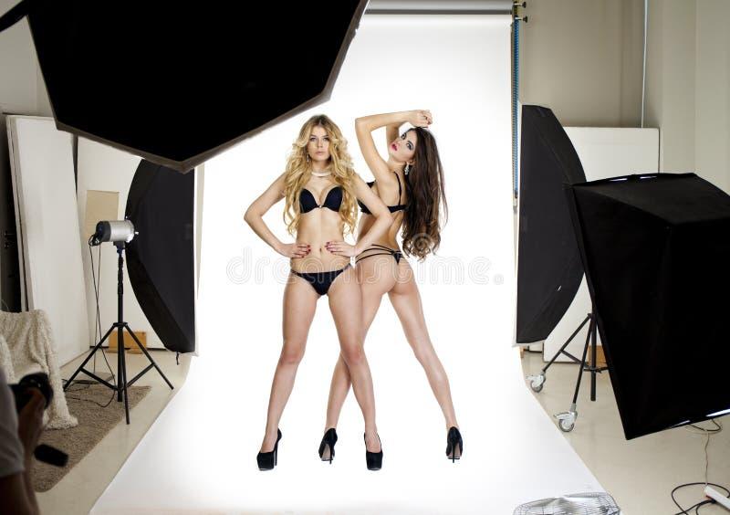 Dos modelos profesionales que presentan en el profesional del estudio modelan fotos de archivo libres de regalías