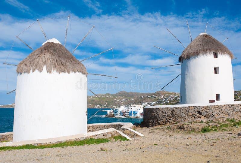Dos molinoes de viento de Mykonos en la pequeña Venecia fotografía de archivo libre de regalías