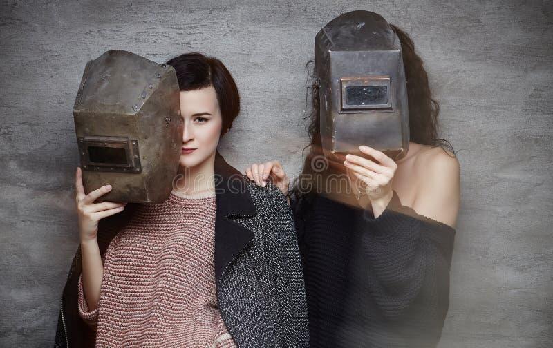 Dos momen en máscaras de un soldador fotos de archivo