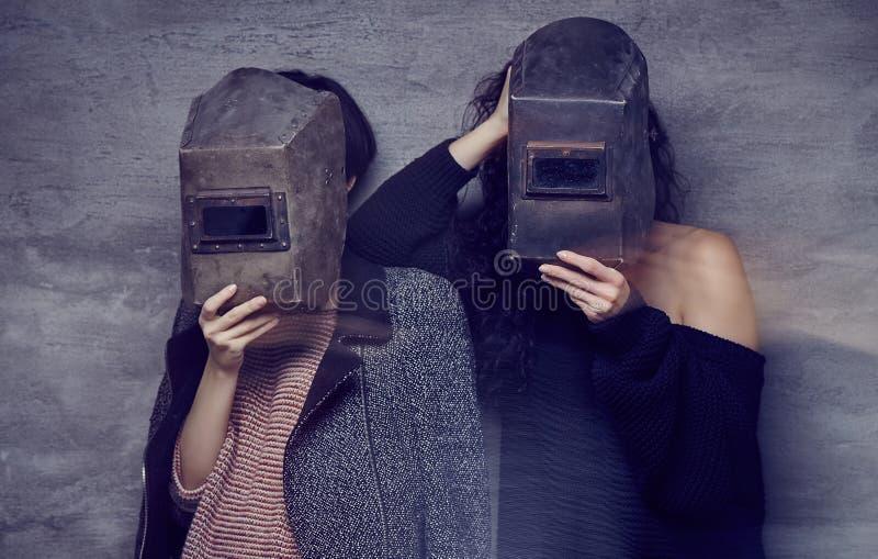 Dos momen en máscaras de un soldador fotos de archivo libres de regalías