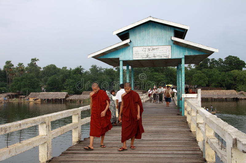 Dos monjes que recorren en el puente de U-Bein en Amarapura imágenes de archivo libres de regalías