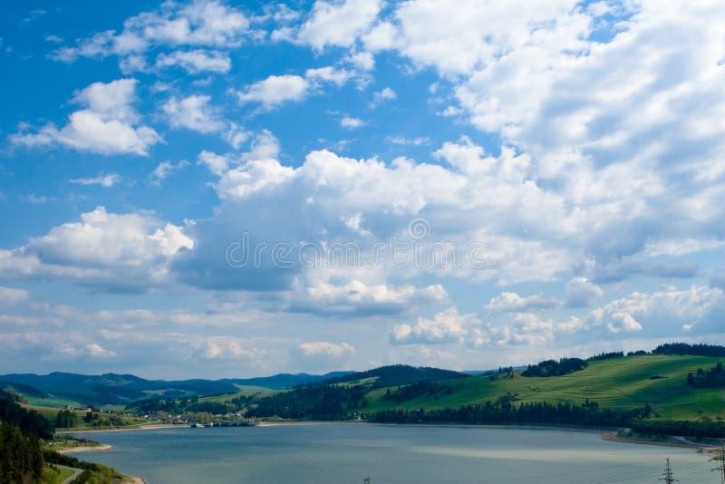 Dos montes cidade de Niedzica próximo demasiado fotografia de stock royalty free