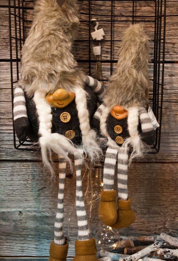 Dos muñecas del duende de la Navidad imágenes de archivo libres de regalías
