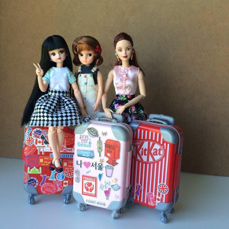 Dos muñecas hermosas de Barbie están susurrando un cierto secreto fotos de archivo libres de regalías