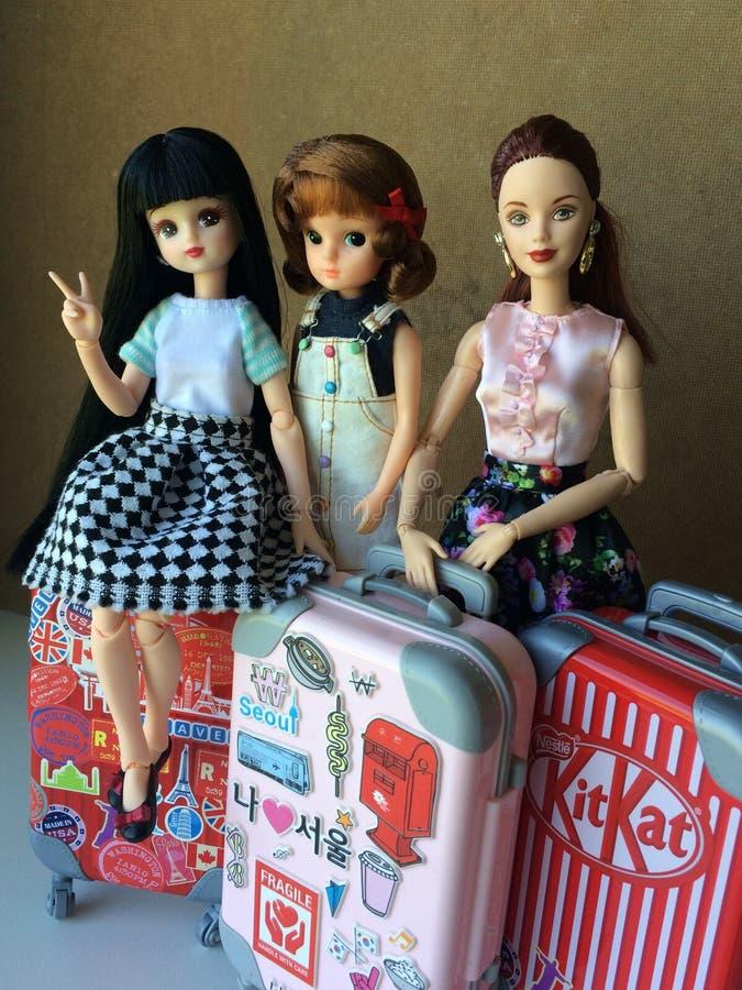 Dos muñecas hermosas de Barbie están susurrando un cierto secreto imagen de archivo