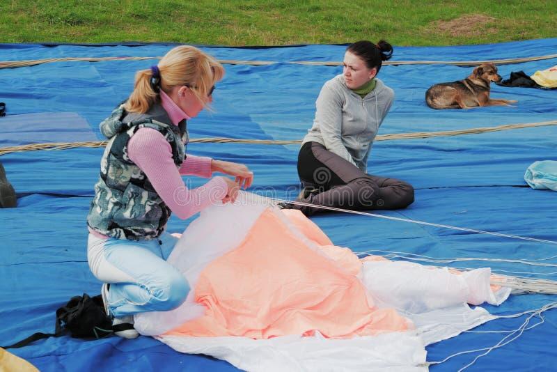 Dos muchacha-paracaidista y perro imagen de archivo libre de regalías