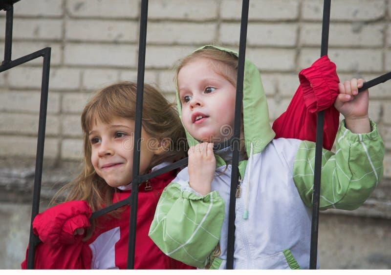 Download Dos muchachas foto de archivo. Imagen de brillante, casquillo - 1288300