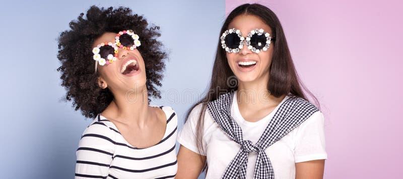 Dos muchachas afroamericanas que se divierten foto de archivo