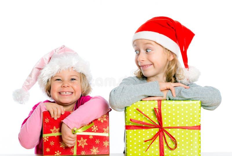 Dos muchachas agradables con el regalo de Navidad foto de archivo