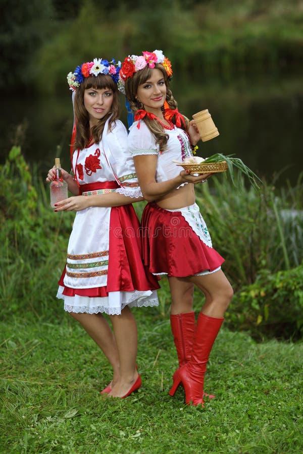Dos muchachas bien vestidas imágenes de archivo libres de regalías