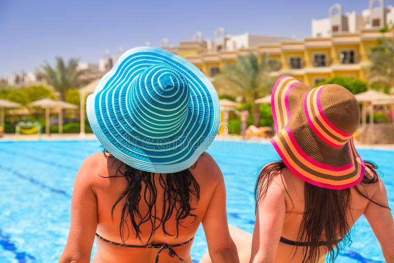 Dos muchachas bronceadas el días de fiesta del sol fotografía de archivo