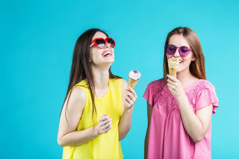 Dos muchachas con helado imagenes de archivo