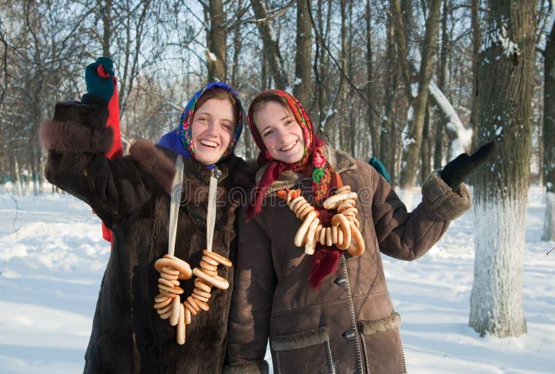 Dos muchachas con la galletita crujiente redonda imagenes de archivo