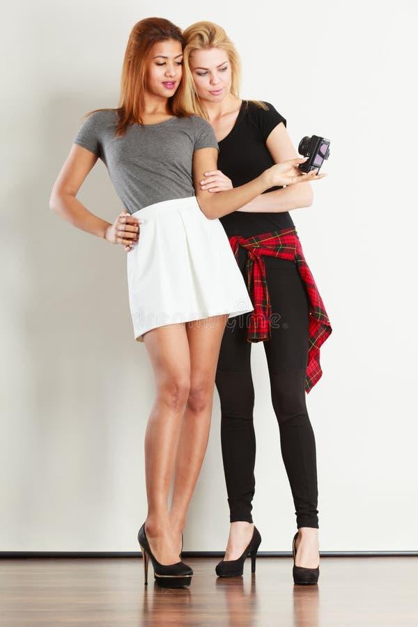 Dos muchachas de los modelos que toman la imagen del uno mismo con la cámara fotos de archivo libres de regalías