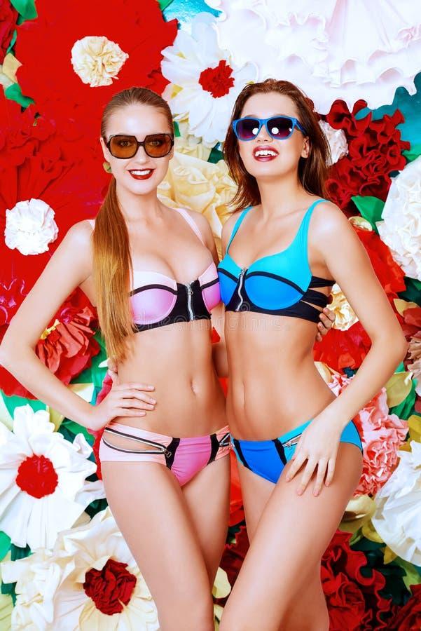 Dos muchachas del verano imagenes de archivo