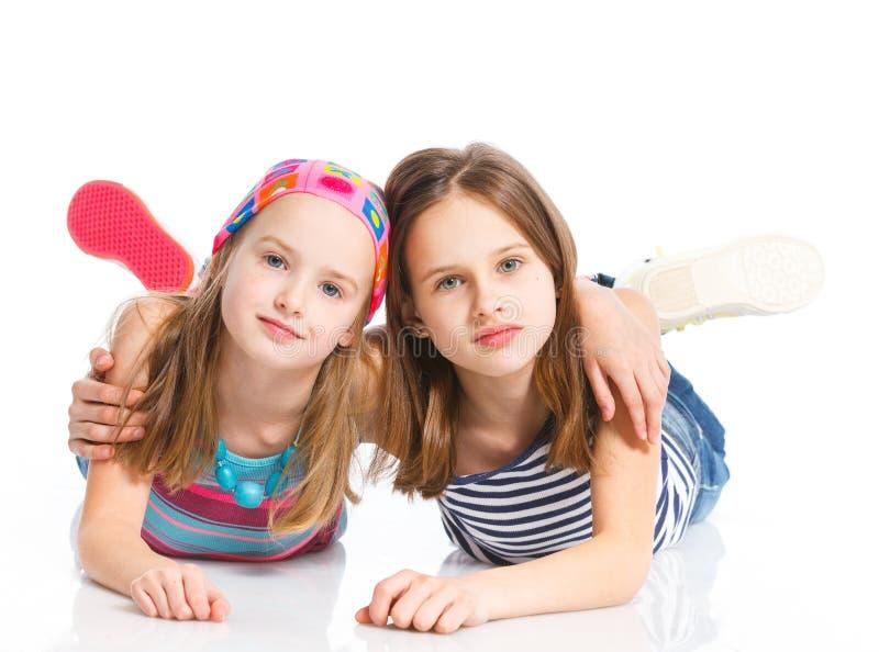 Dos muchachas deportivas hermosas jovenes fotografía de archivo
