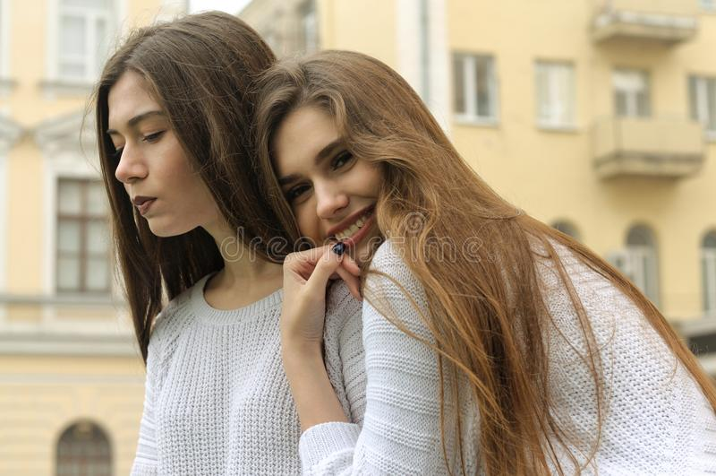 Dos muchachas descansan e inflan burbujas del chicle fotografía de archivo libre de regalías