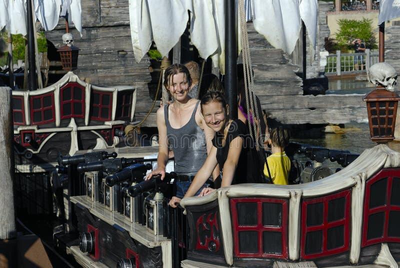 Dos muchachas en el barco pirata fotos de archivo