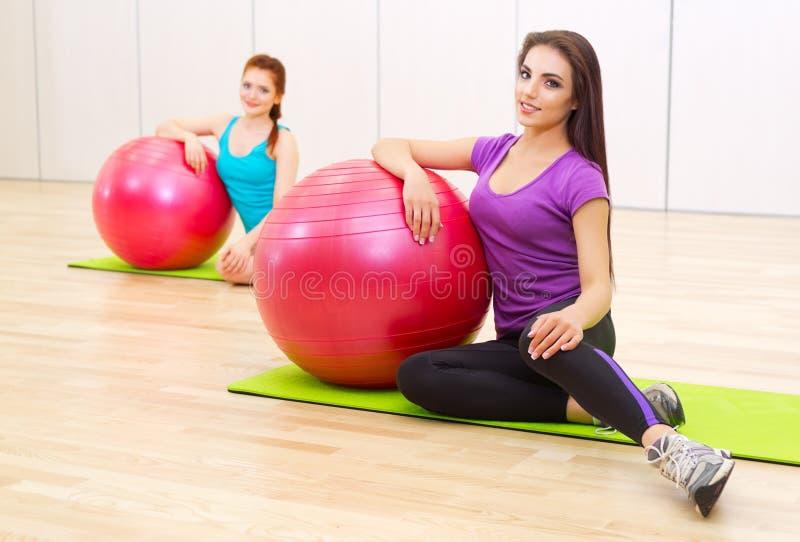 Dos muchachas en el club de fitness imagen de archivo libre de regalías