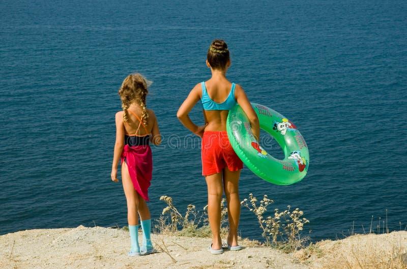 Dos muchachas en la playa imagen de archivo libre de regalías