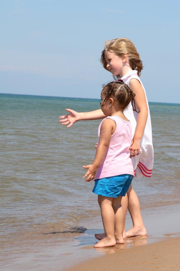 Dos muchachas en la playa foto de archivo
