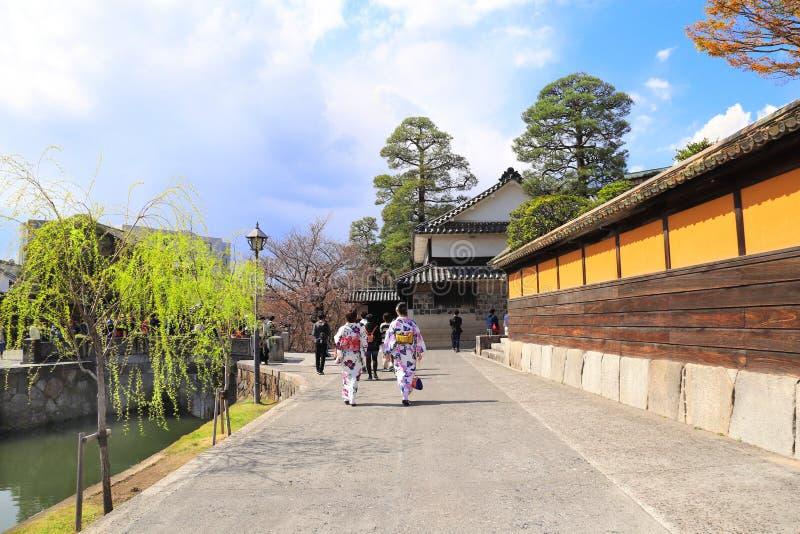 Dos muchachas en la ropa japonesa tradicional del kimono, ciudad de Kurashiki, Jap?n imagen de archivo libre de regalías