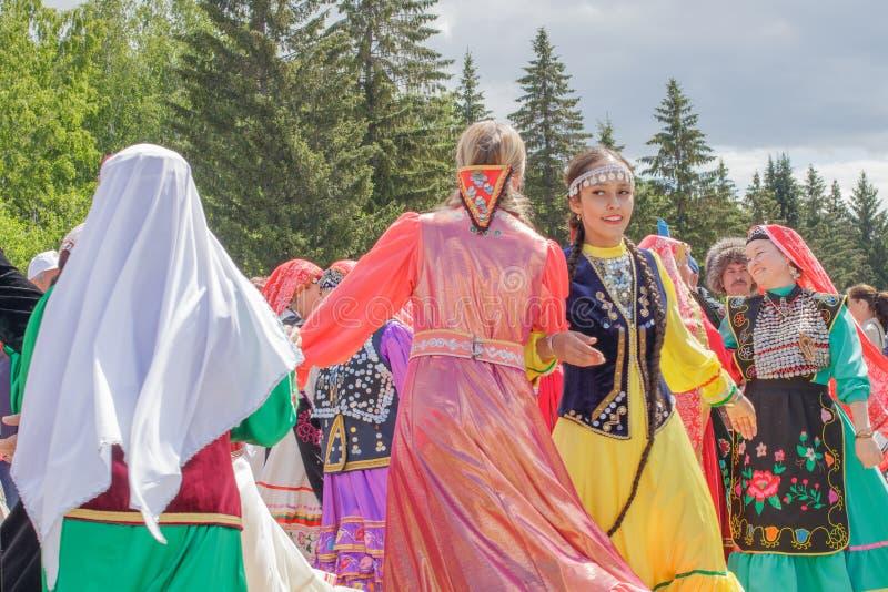 Dos muchachas en ropa nacional bailan en el centro fotografía de archivo libre de regalías