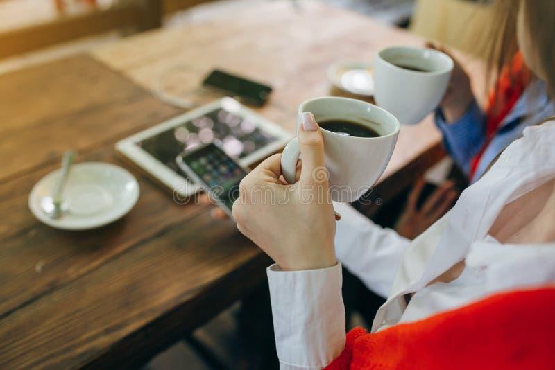 Dos muchachas en un café imagenes de archivo