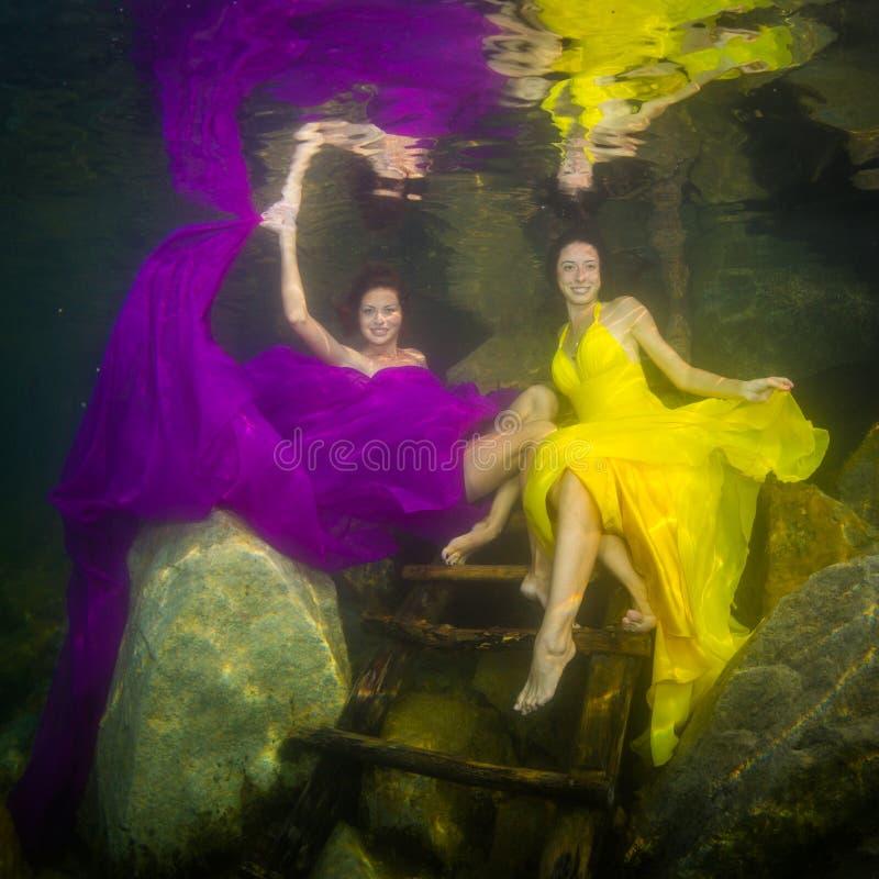 Dos muchachas en un río imagenes de archivo
