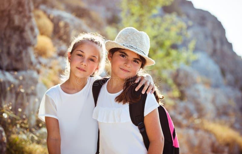 Dos muchachas felices en campamento de verano imagenes de archivo
