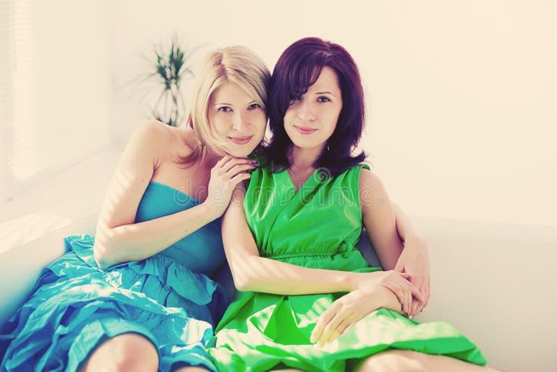 Dos muchachas felices, hermanas fotos de archivo libres de regalías