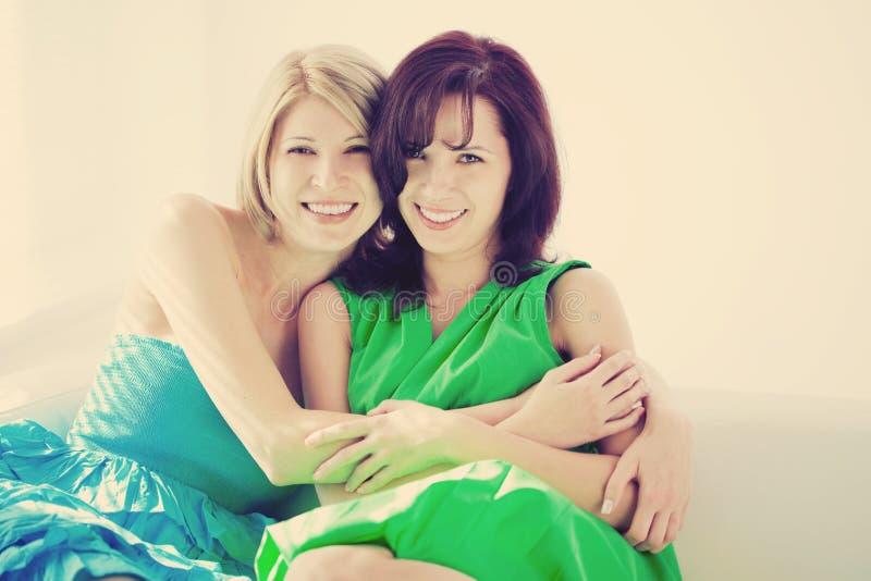 Dos muchachas felices, hermanas imagenes de archivo