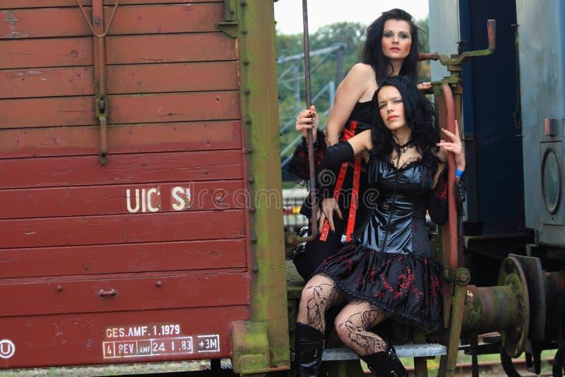 Dos muchachas góticas en un tren foto de archivo libre de regalías