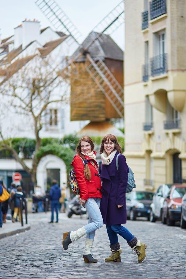 Dos muchachas hermosas alegres en París foto de archivo libre de regalías