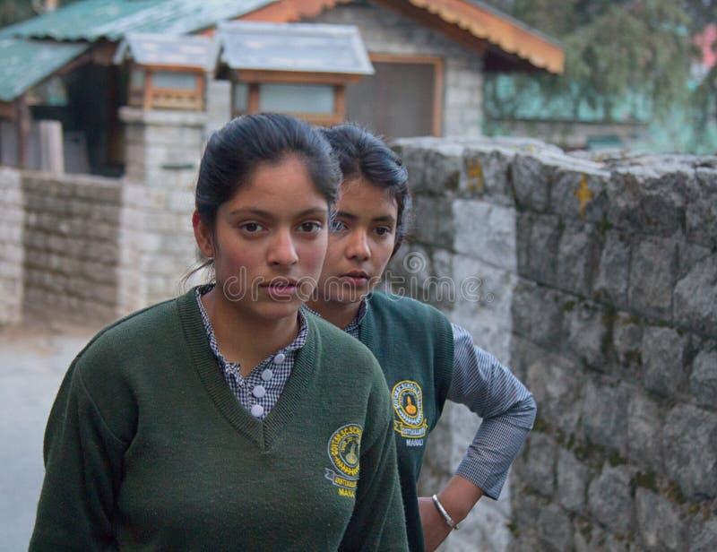 Dos muchachas indias lindas de la escuela secundaria foto de archivo libre de regalías