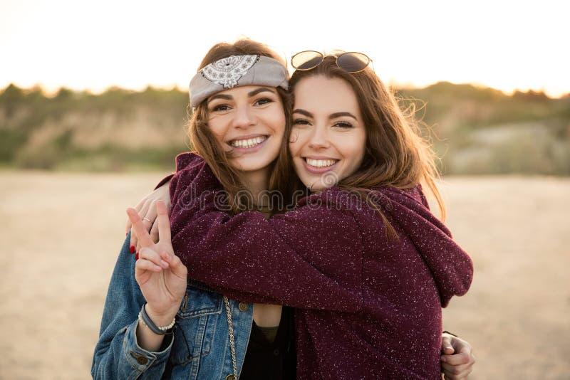 Dos muchachas jovenes del inconformista que se abrazan fotos de archivo