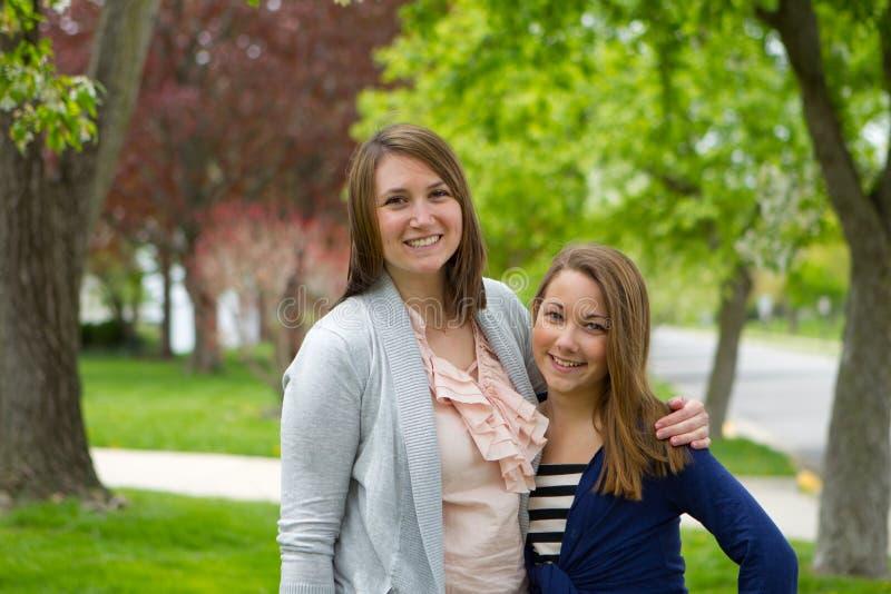 Dos muchachas junto fotos de archivo