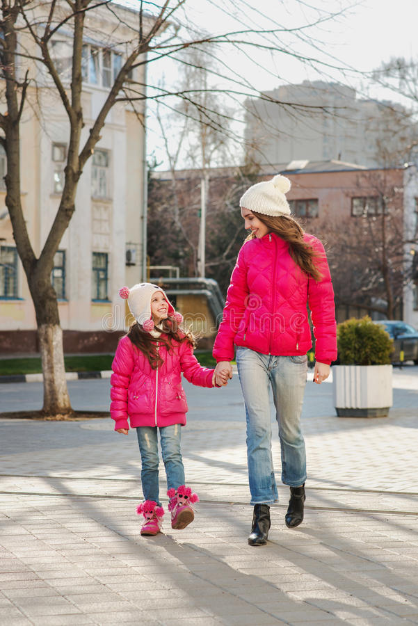Dos muchachas que caminan en la ciudad imagen de archivo