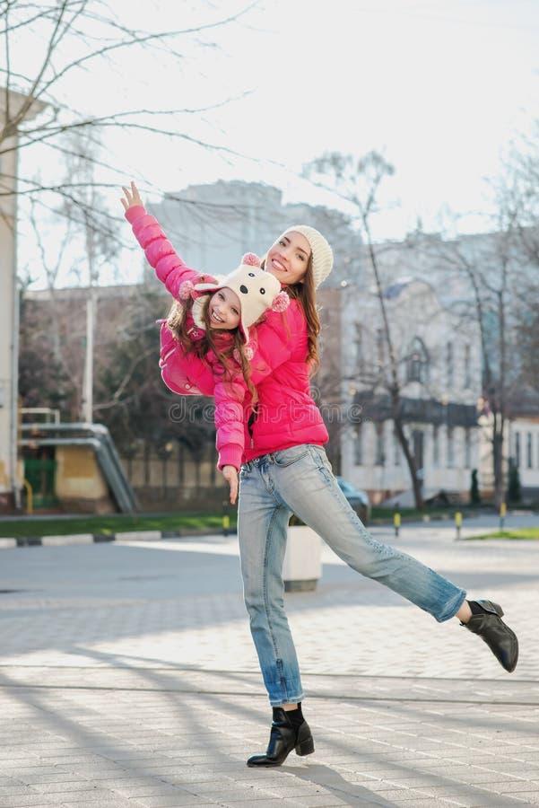 Dos muchachas que caminan en la ciudad foto de archivo libre de regalías