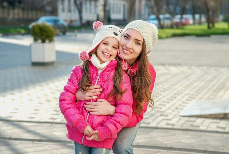 Dos muchachas que caminan en la ciudad imagen de archivo libre de regalías