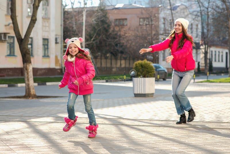 Dos muchachas que caminan en la ciudad imágenes de archivo libres de regalías