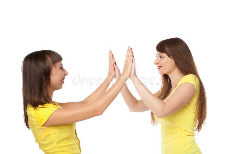 Dos muchachas que comunican entre ellos mismos imagen de archivo libre de regalías