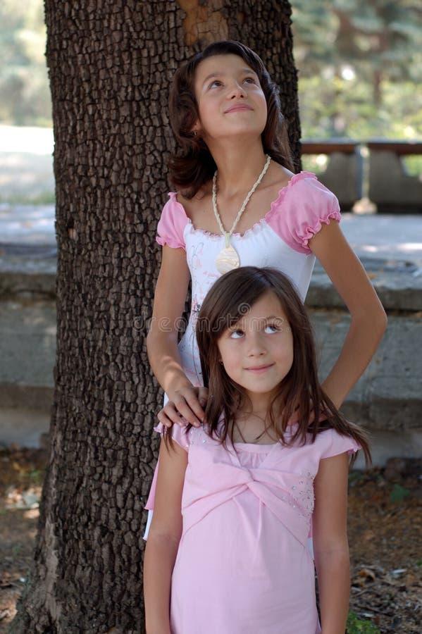 Dos muchachas que miran para arriba foto de archivo