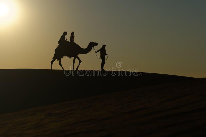 Dos muchachas que montan en un camello fotos de archivo libres de regalías