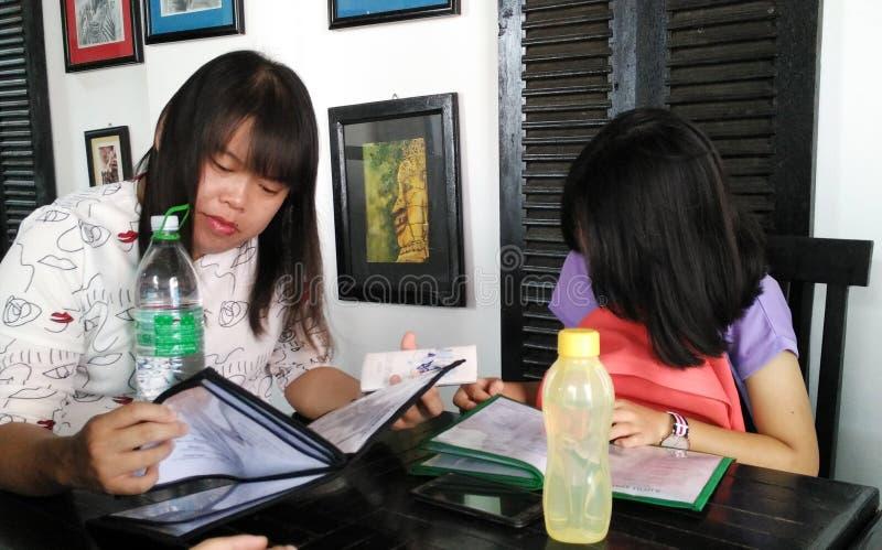 Dos muchachas que piden las comidas fotos de archivo