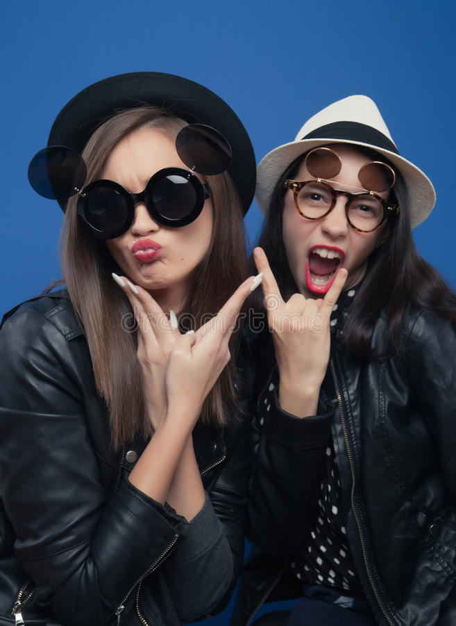 Dos muchachas que presentan en bota de la foto imagen de archivo