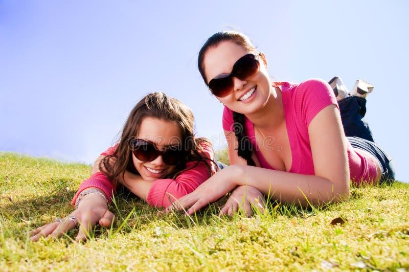 Dos muchachas que se relajan en un parque foto de archivo