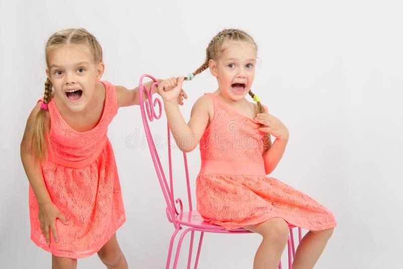 Dos muchachas que tienen la diversión y grito foto de archivo libre de regalías