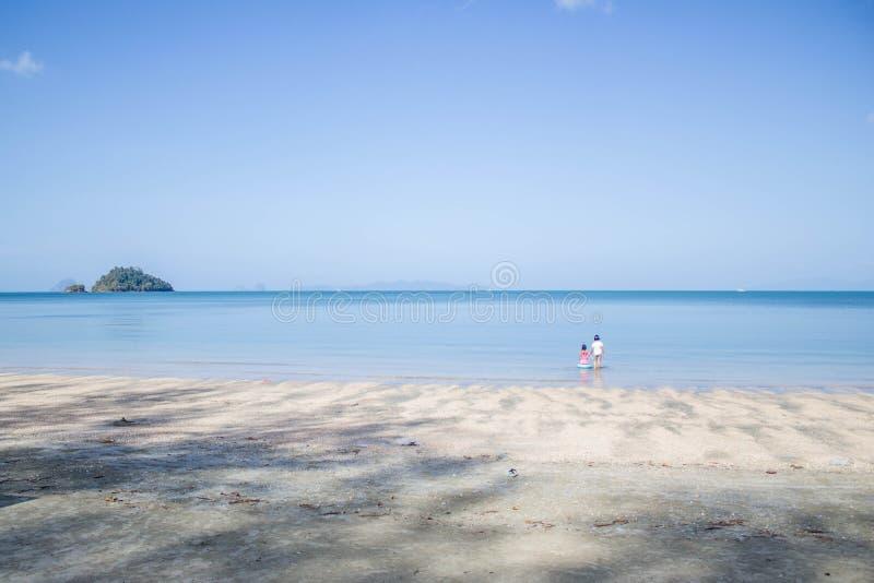Dos muchachas que van a la playa fotografía de archivo libre de regalías