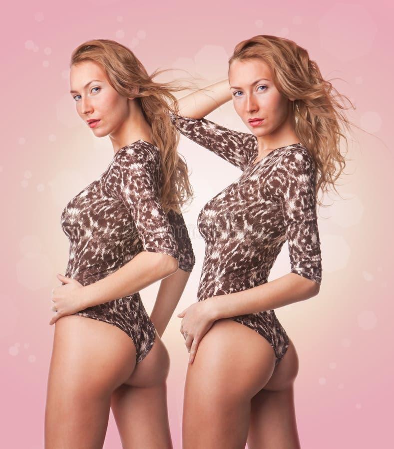 Dos muchachas rubias atractivas lindas de los gemelos en traje de baño fotos de archivo libres de regalías